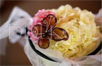 Barna pillangó, pink krém virágon