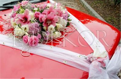 Esküvői kocsidísz vegyes virágból, organzával