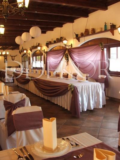 Biczó Csárda lila főasztal és háttér