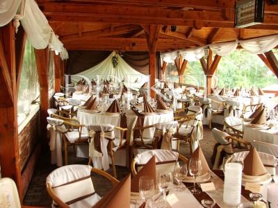Esküvői dekoráció Búsuló Juhász székszoknya barna masnival