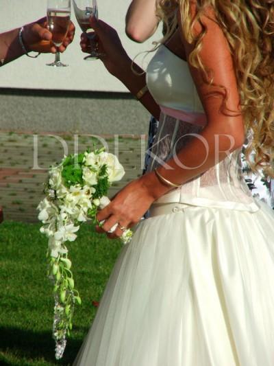 Orchideás nyújtott menyasszonyi csokor