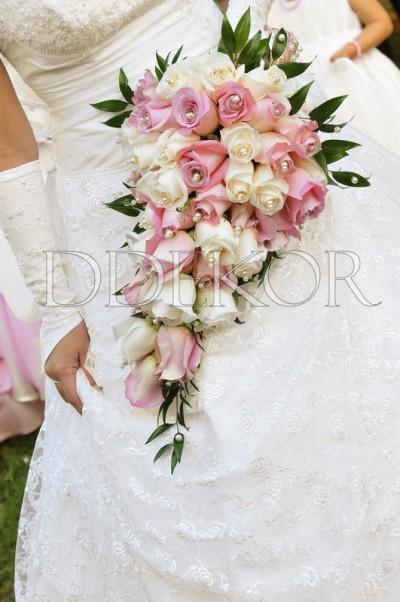 Rózsaszín krém nyújtott menyasszonyi csokor