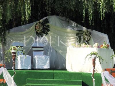 Szabadtéri ceremónia háttér élővirággal