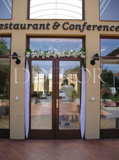 Vecsés Hotel Stáció elegáns bejárat virágdekoráció