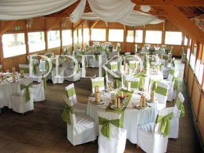 Esküvő dekoráció székhuzattal, zöld masnival és szalvétával